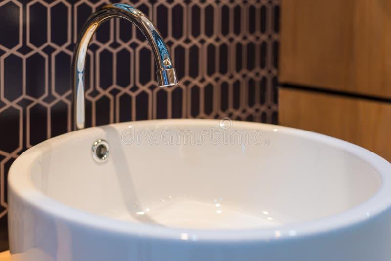 Härlig vattenkran för badruminre royaltyfria foton