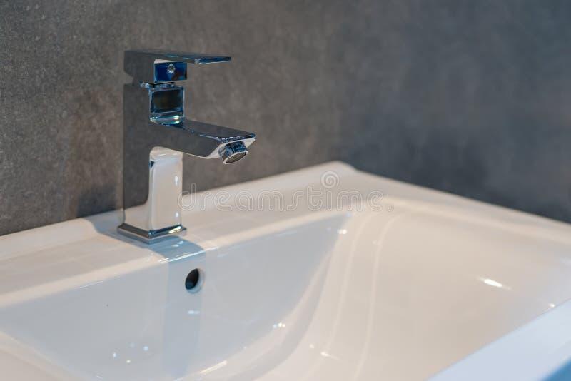 Härlig vattenkran för badruminre fotografering för bildbyråer