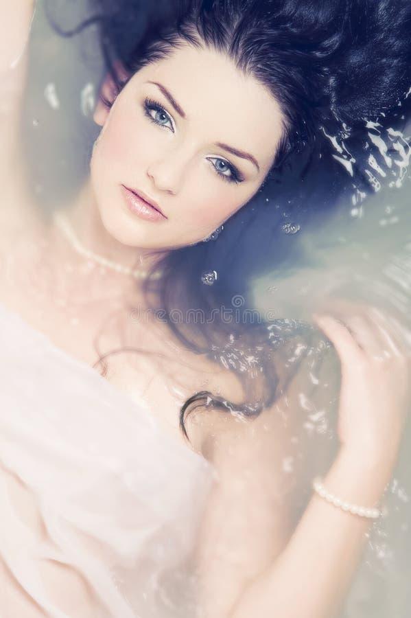 härlig vattenkvinna royaltyfria bilder