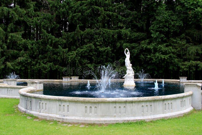 Härlig vattenspringbrunn och statyer, Yaddo trädgårdar, Saratoga Springs, New York, 2014 arkivfoton