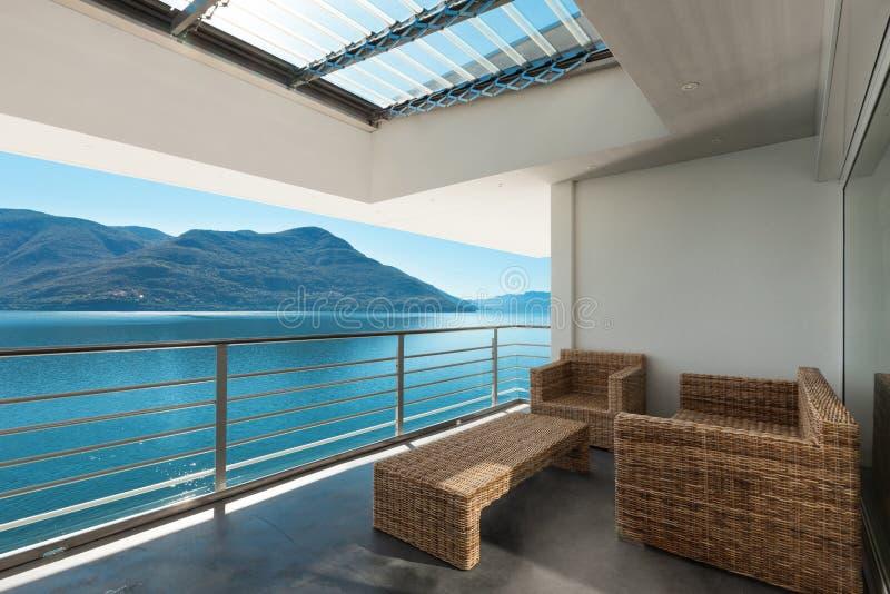 Härlig veranda av en takvåning royaltyfri bild