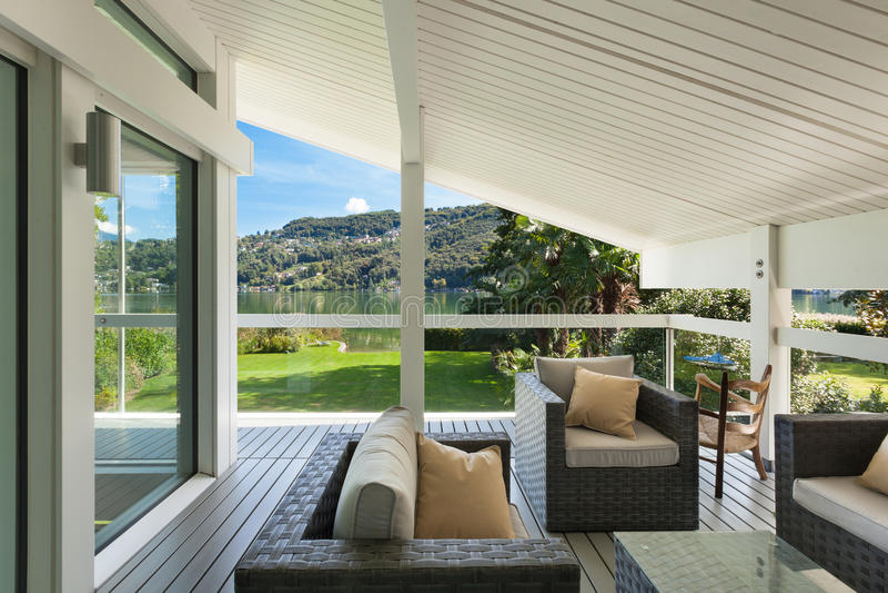Härlig veranda med möblemang arkivfoto