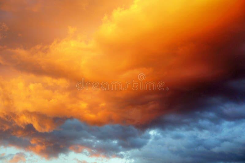 Härlig vibrerande dramatisk guld- molnig himmel på solnedgången arkivfoton