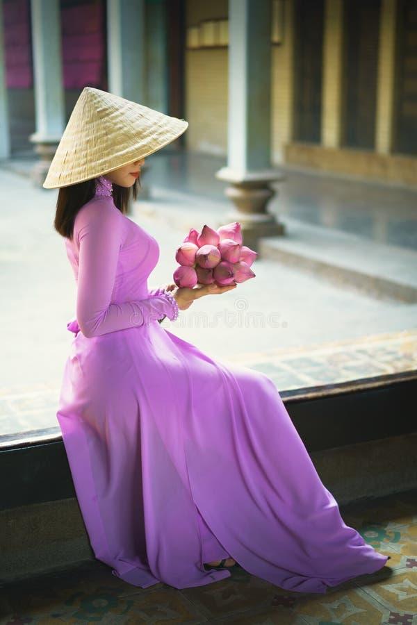 Härlig vietnamesisk kvinna i Ao Dai royaltyfria foton