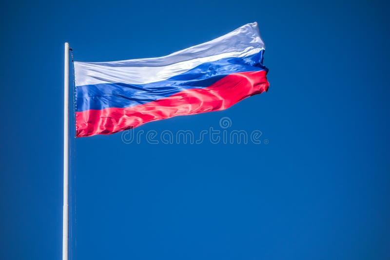 Härlig vinkande flagga av Ryssland på himmelbakgrund royaltyfri foto