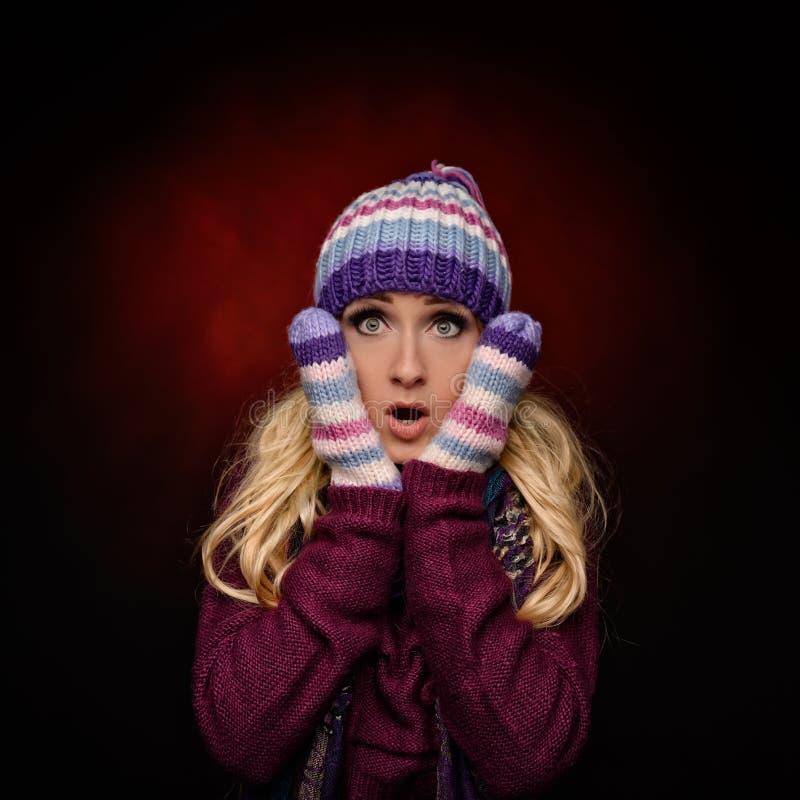 Härlig vinterkvinna i varma kläder royaltyfri fotografi