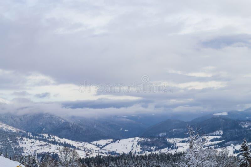 Härlig vinterpanorama på Carpathian berg royaltyfria bilder