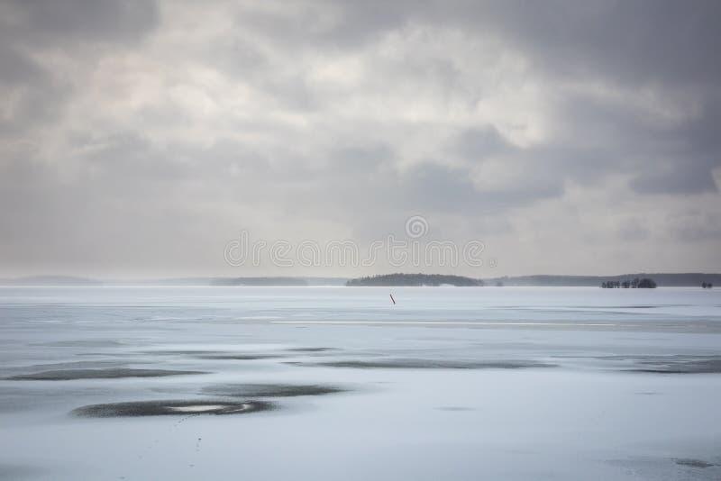 Download Härlig Vinterseacape Med Disiga Moln Och Det Djupfrysta Havet Arkivfoto - Bild av frostigt, vinter: 114047184