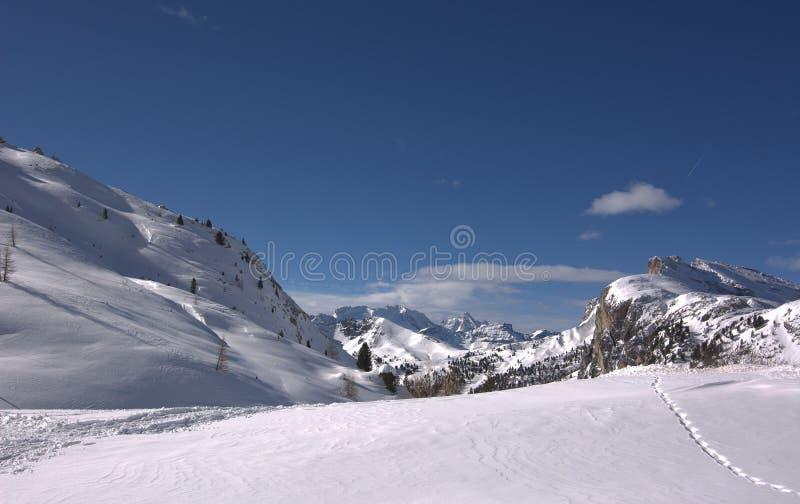 Härlig vintersikt, mellan det Valparola passerandet och det Falzarego passerandet, i Cortina d'Ampezzo, nedanför monteringen Laga royaltyfria bilder
