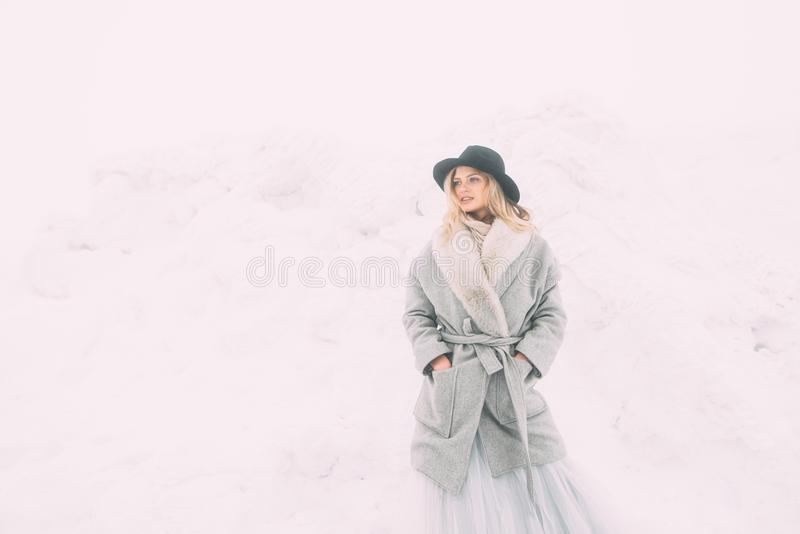 Härlig vinterstående av den unga kvinnan i det snöig landskapet för vinter arkivbilder