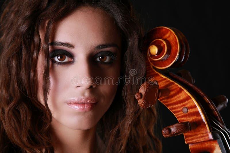 härlig violoncellkvinna arkivfoto