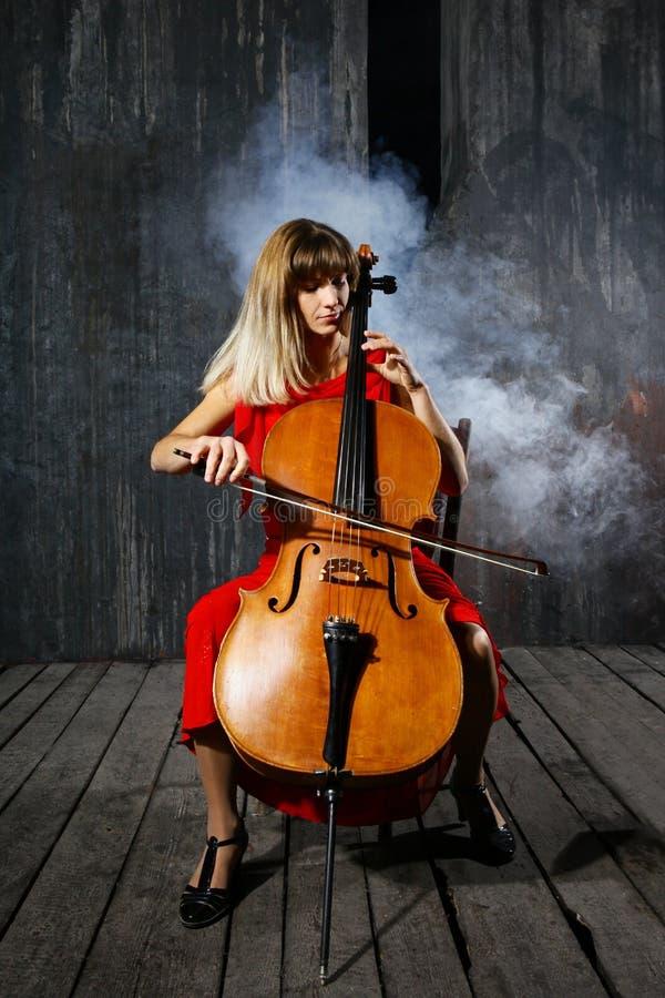 härlig violoncellmusiker fotografering för bildbyråer