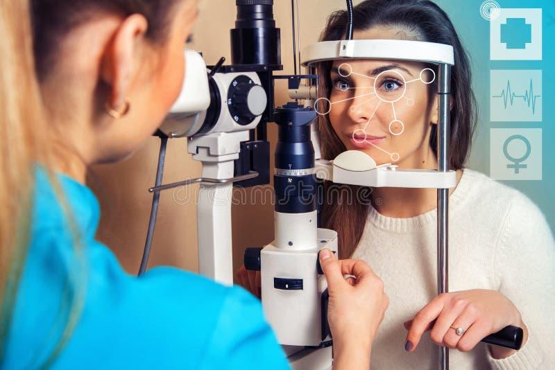 Härlig vision för brunettpasserandekontroll en ögonläkare arkivbild