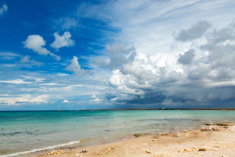 Härlig vit fördunklar på blå himmel över det lugna havet med solljusreflexion Stillsam havsharmoni av lugna vattenyttersida royaltyfri foto
