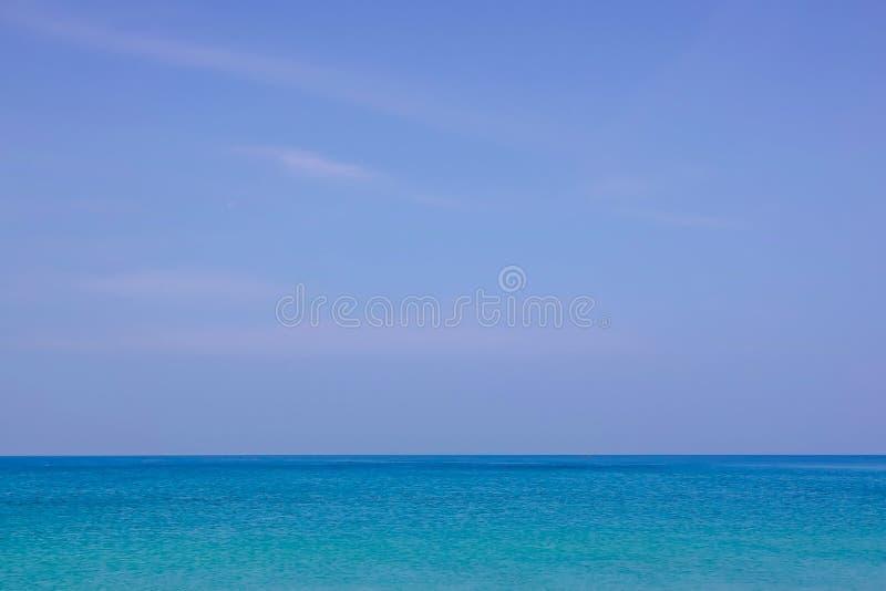 Härlig vit fördunklar på blå himmel över det lugna havet med solljusreflexionen, stillsam havsharmoni av lugna vattenyttersida fotografering för bildbyråer