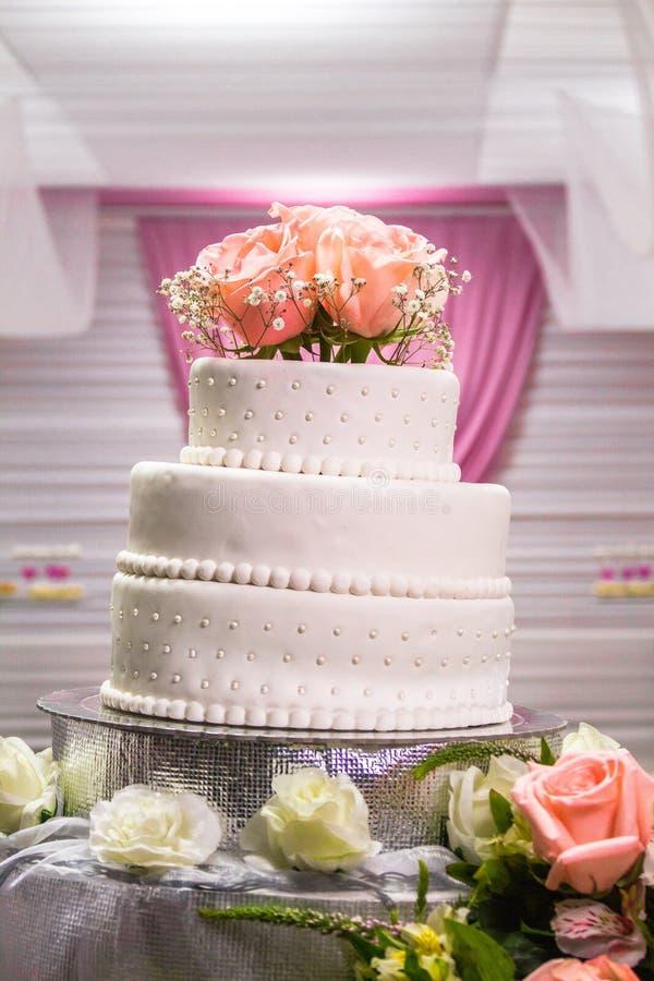 Härlig vit kaka med några rosor på den arkivbilder