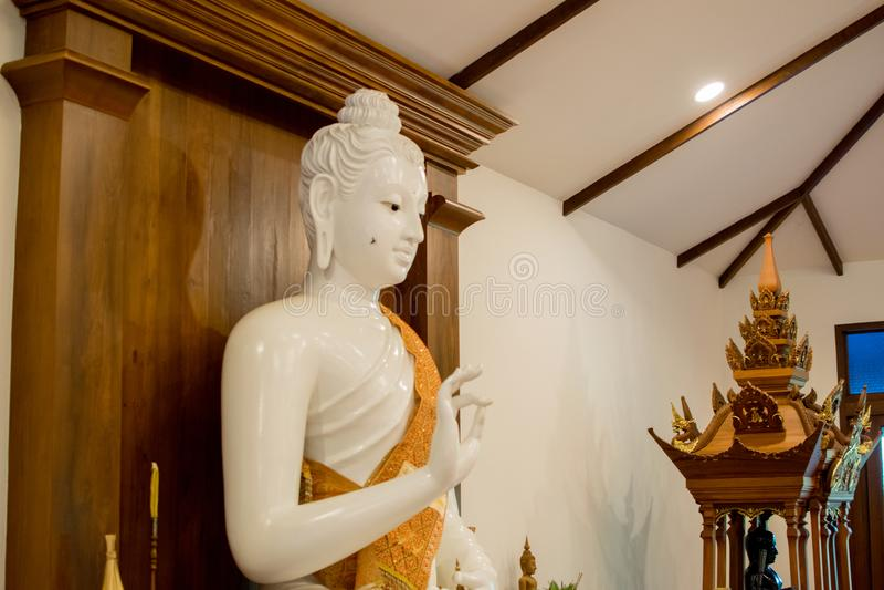 Härlig vit marmorBuddha royaltyfria foton