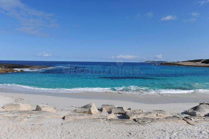 Härlig vit sandstrand, turkoshav och blå himmel arkivfoto