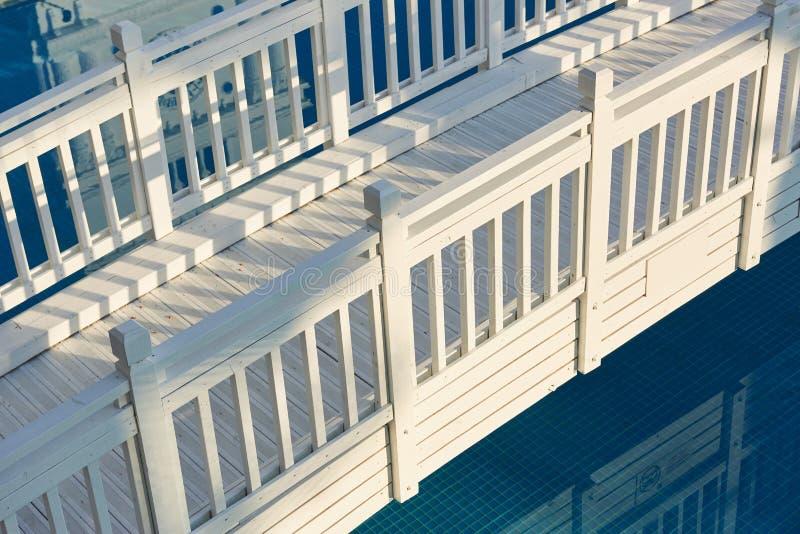 härlig vit träbro över vatten royaltyfria foton