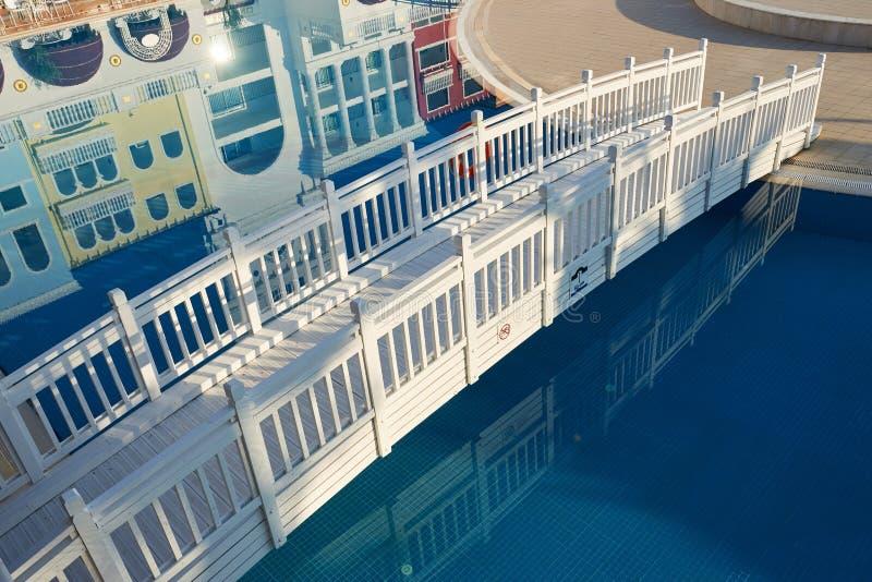 härlig vit träbro över vatten arkivbilder