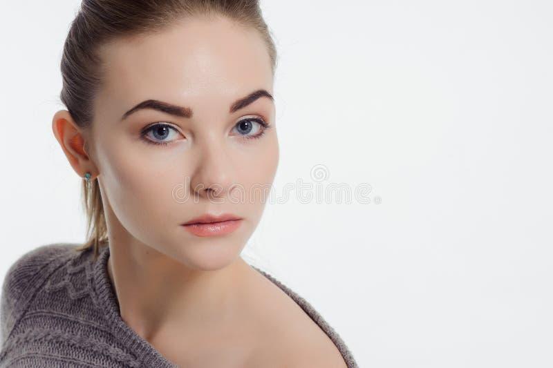 Härlig vuxen flicka som poserar med näck makeup royaltyfria bilder