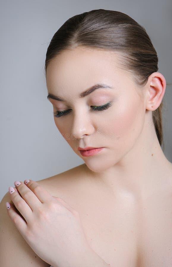 Härlig vuxen flicka som poserar med näck makeup med ren hud och att att bry sig hennes hud royaltyfri fotografi