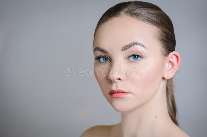 Härlig vuxen flicka som poserar med näck makeup med ren hud och att att bry sig hennes hud royaltyfri bild
