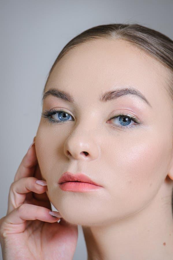Härlig vuxen flicka som poserar med näck makeup med ren hud och att att bry sig hennes hud fotografering för bildbyråer