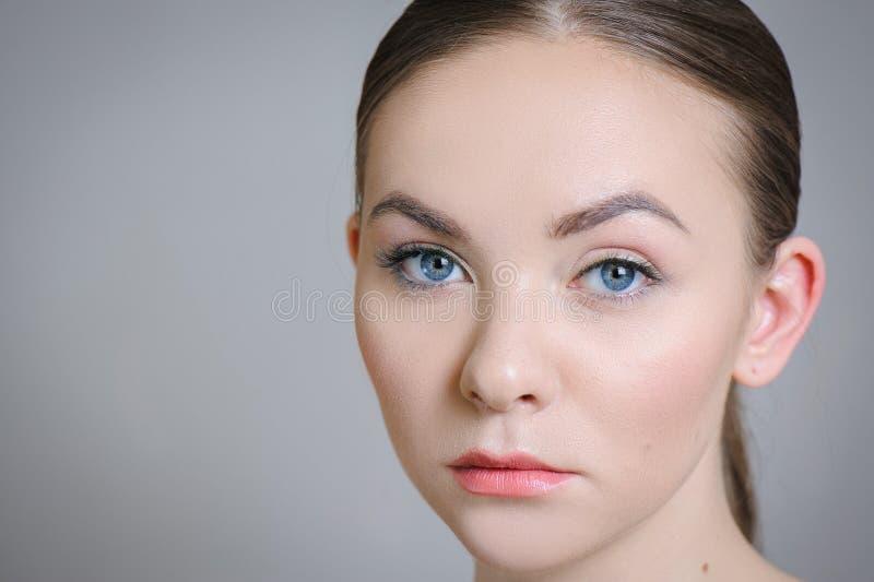 Härlig vuxen flicka som poserar med näck makeup med ren hud och att att bry sig hennes hud arkivbilder