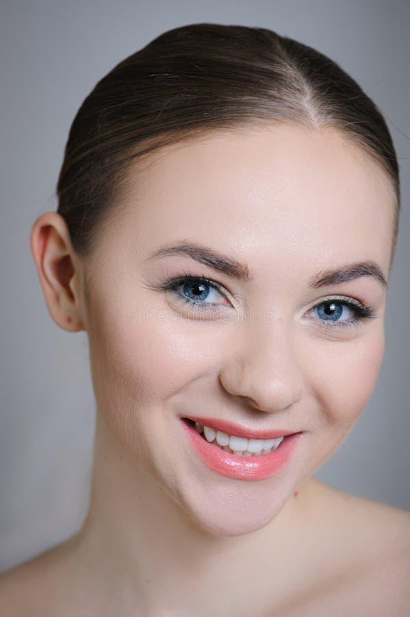 Härlig vuxen flicka som poserar med näck makeup med ren hud och att att bry sig hennes hud royaltyfri foto