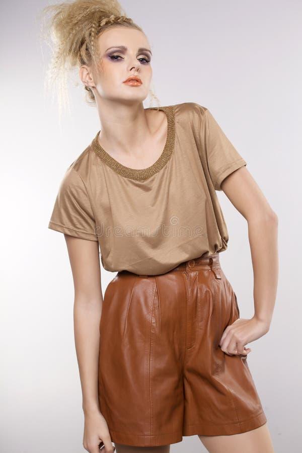 Härlig vuxen sensualitetkvinna i brun klänning fotografering för bildbyråer