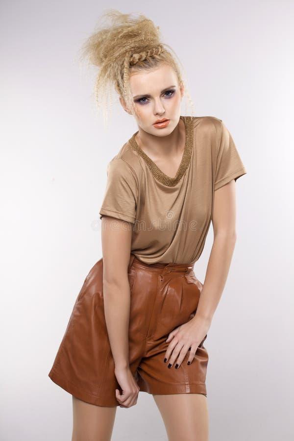 Härlig vuxen sensualitetkvinna i brun klänning arkivfoton
