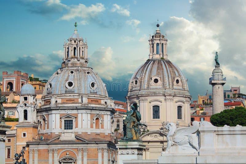 Härlig vview av panorama Rome, Italien, horisont Italiensk gränsmärke mot blå himmel royaltyfri foto