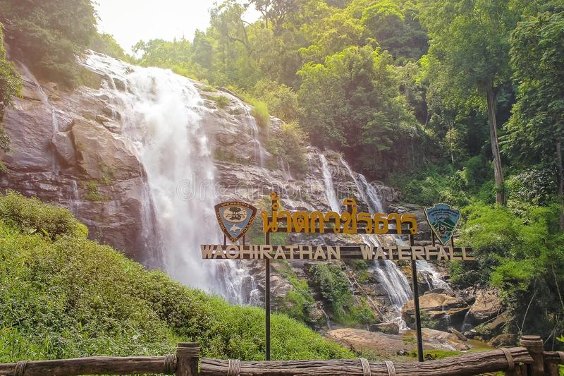 Härlig Wachirathan vattenfall i Thailand arkivfoton