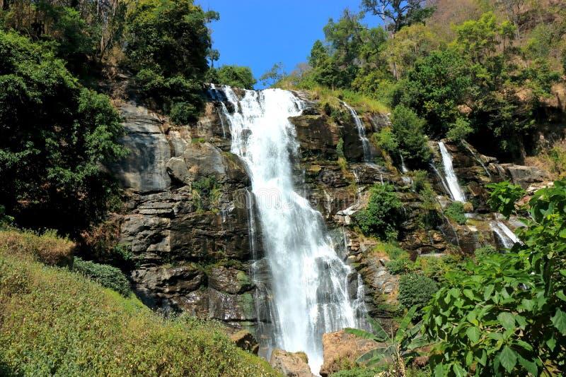 Härlig Wachirathan vattenfallplats i Doi Inthanon, Chiang Mai, Thailand fotografering för bildbyråer