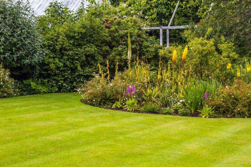 Härlig walled trädgård arkivfoto