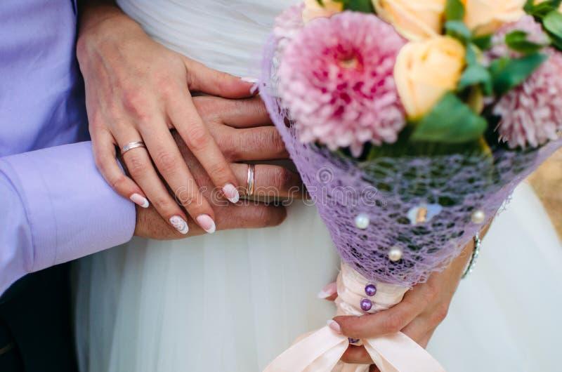 Härlig weddbukett i händer för brud` s 1 bukettbrudbröllop arkivbild