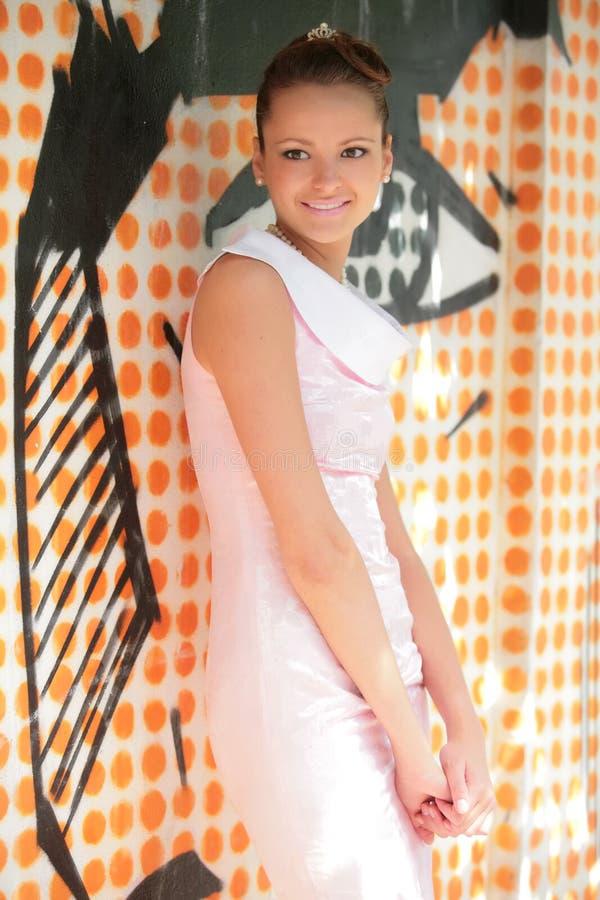 härlig white för klänningflickarose arkivfoton