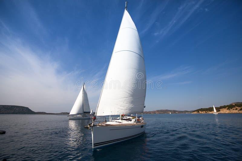 Härlig yacht i det öppna havet Lyxigt lopp fotografering för bildbyråer