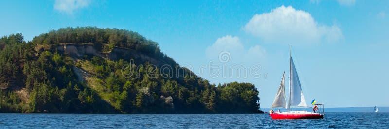 HÄRLIG yacht på full spead som utbildar för det oidentifierade laget för fartyglopp kopiera avstånd område moscow en panorama- si royaltyfri fotografi