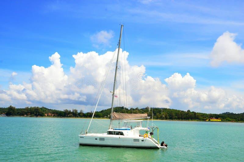 härlig yachtsegling på den soliga dagen i marinaön royaltyfri bild