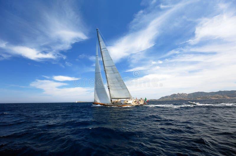 HÄRLIG yachtutbildning för det oidentifierade laget för fartyglopp royaltyfria foton