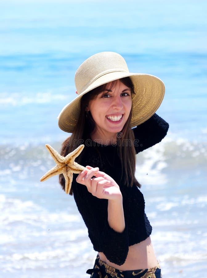 Härlig yang flicka vid havet arkivfoton