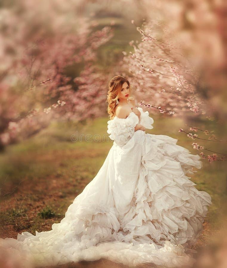 Härlig youndkvinna med jätte- vita ängelvingar arkivfoto