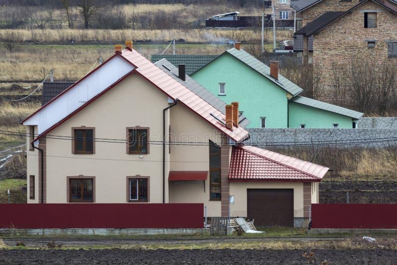 Härlig yttersida av det nybyggda lyxhemmet Bostads- hus i suburbunområde fotografering för bildbyråer