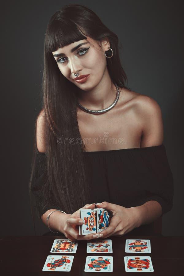 Härlig zigensk kvinna med tarots arkivfoto