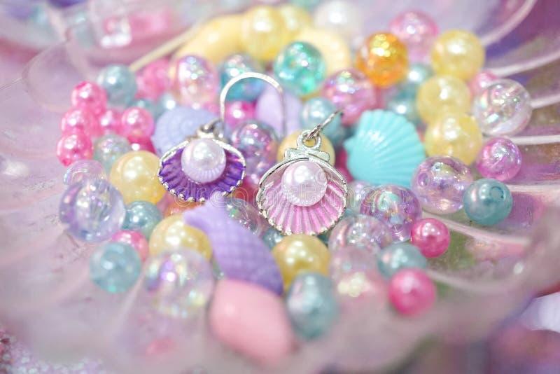 Härliga örhängen av det pärlemorfärg snäckskalet i sjöjungfru danar begrepp royaltyfria bilder