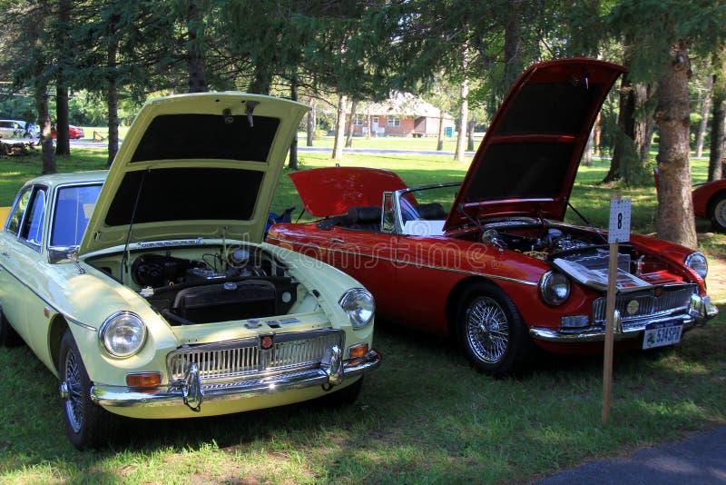 Härliga antika bilar, huvar öppnar för att besökare ska beundra, Saratoga det auto museet, 2016 royaltyfri fotografi