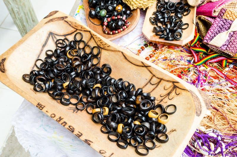 Härliga artesanalkokosnötcirklar sålde på hemslöjdmässor i bahia i Brasilien arkivfoto