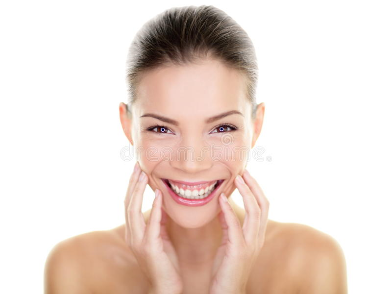 Härliga asiatiska den rörande skönhetkvinnan gör perfekt hud arkivfoton